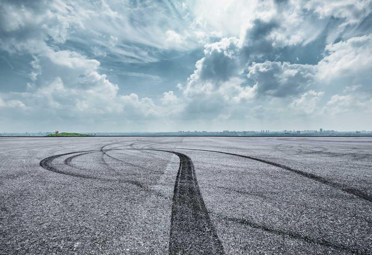 Asphalt Rennstrecke mit Bremsspuren